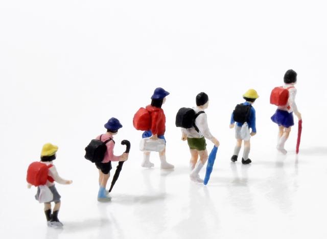 子供たちが並んで歩いている画像